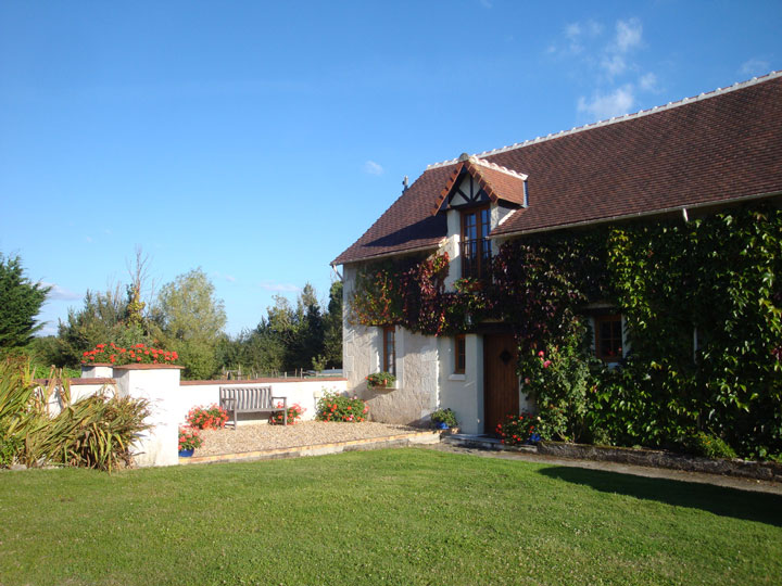 La Laiterie gite in the Loire Valley, fully equipped, very spacious, tastefully renovated, with a heated pool and big outdoor spaces to relax