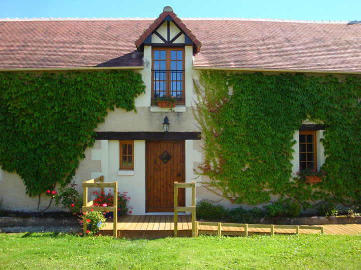 Les Ecuries Loire Valley gite with heated pool, big outdoor spaces and disabled facilities